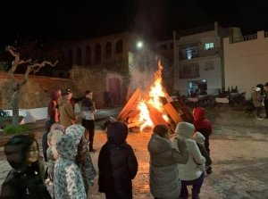Quintos i quintes del 2002 encenent la foguera. Foto: Equip De Voluntaris De Les Festes