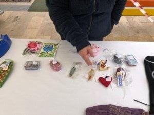 Materials a la venda fets a mà per les dones del poble.