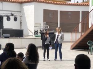 La regidora de Cultura, Maria Franquet, presenta a Maria Jose Franquet al recital en homenatge a Felicia Fuster.